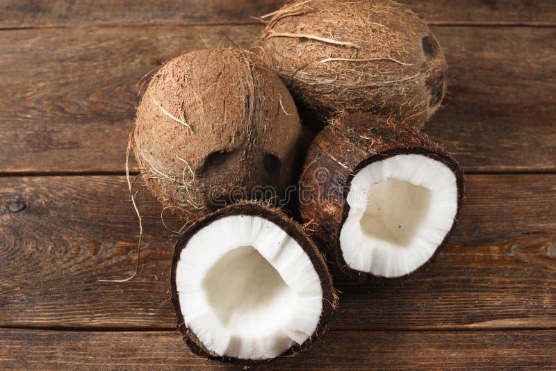Fermez-vous des noix de coco sur le fond en bois photos stock