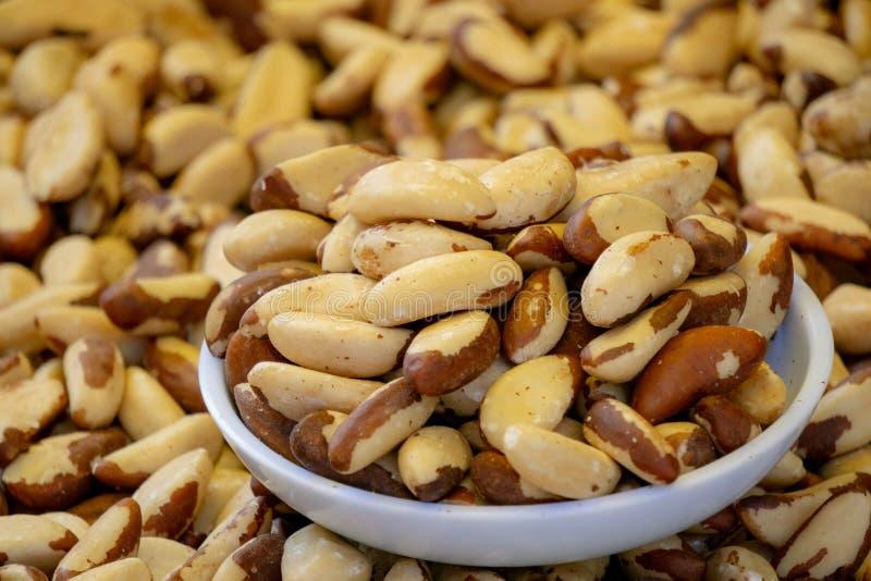Fermez-vous des noix du brésil comestibles après le retrait de coquille dans la cuvette photos stock