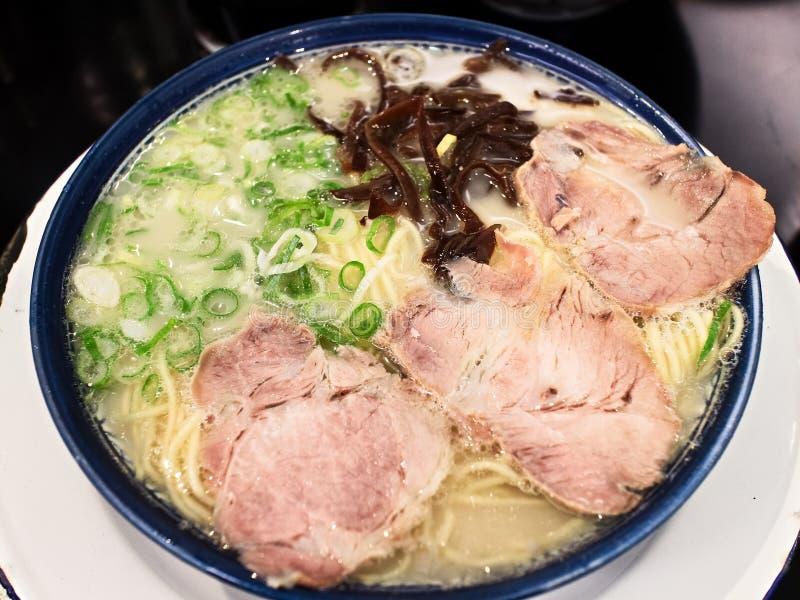 Fermez-vous des nouilles de ramen grillées tout entier japonaises de porc de SIU de char photographie stock libre de droits