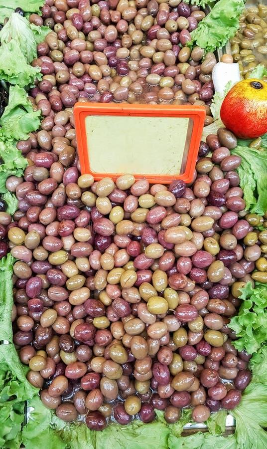 Fermez-vous des olives vertes organiques à vendre dans la rue turque baza photo libre de droits