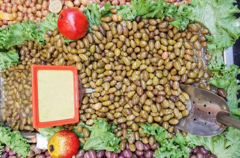 Fermez-vous des olives vertes organiques à vendre dans la rue turque baza images stock