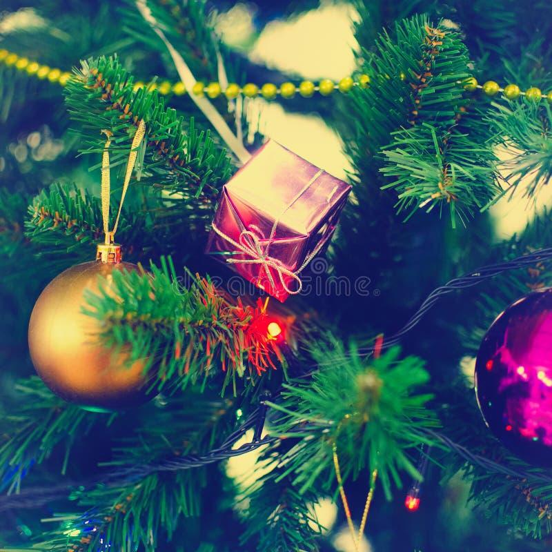 Fermez-vous des ornements colorés sur l'arbre de Noël La place encadrant, instagram dénomment la tonalité photos stock