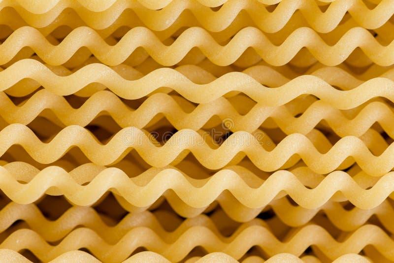 Fermez-vous des pâtes en spirale crues d'Italien de fusili photos libres de droits