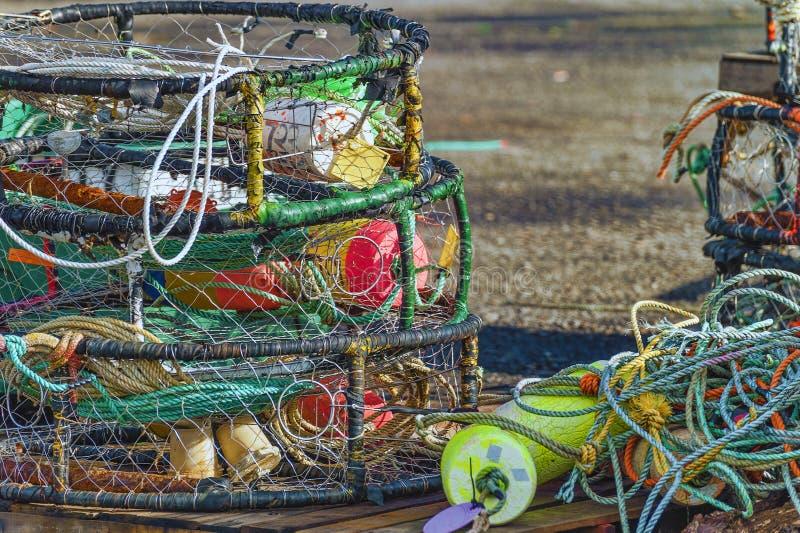 Fermez-vous des paniers, des cordes et des balises de crabe photo stock