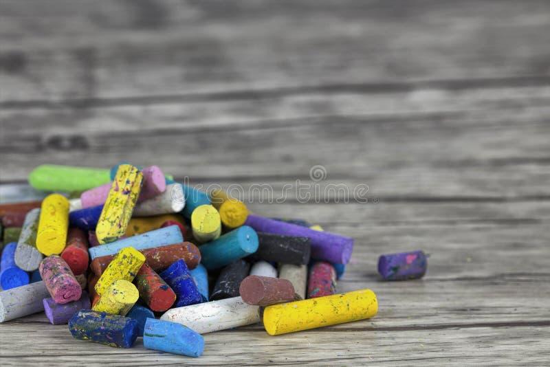 Fermez-vous des pastels multicolores d'huile sur le lieu de travail d'artiste image libre de droits