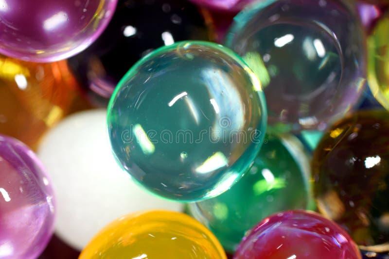 Fermez-vous des perles colorées de l'eau image libre de droits