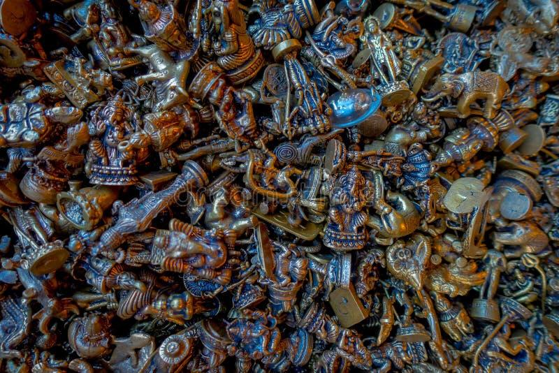 Fermez-vous des petits métiers en bronze de différents chiffres pour obtiennent la chance dans Pokhara photo libre de droits