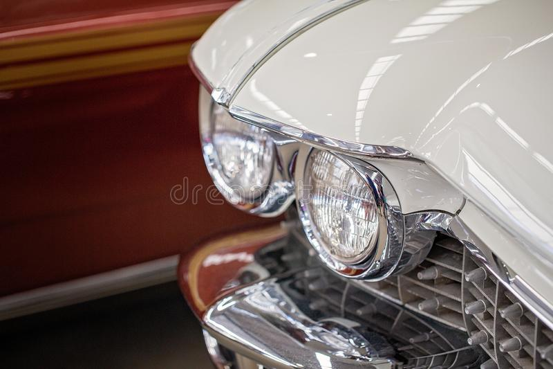 Fermez-vous des phares de la voiture classique blanche photos libres de droits