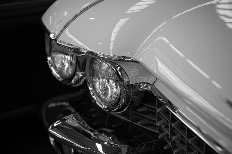 Fermez-vous des phares de la voiture classique blanche photographie stock libre de droits