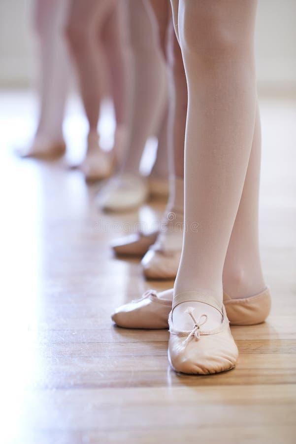 Fermez-vous des pieds chez la classe de danse du ballet des enfants photos libres de droits