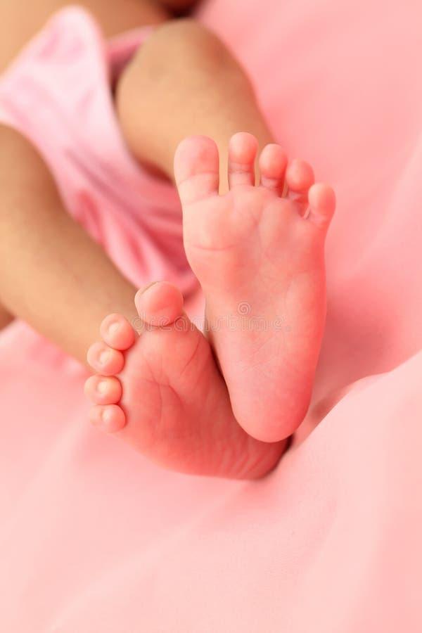Fermez-vous des pieds minuscules du bébé nouveau-né photo libre de droits