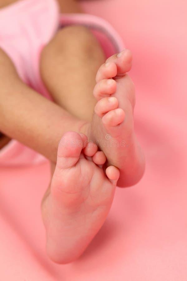 Fermez-vous des pieds minuscules du bébé nouveau-né image stock