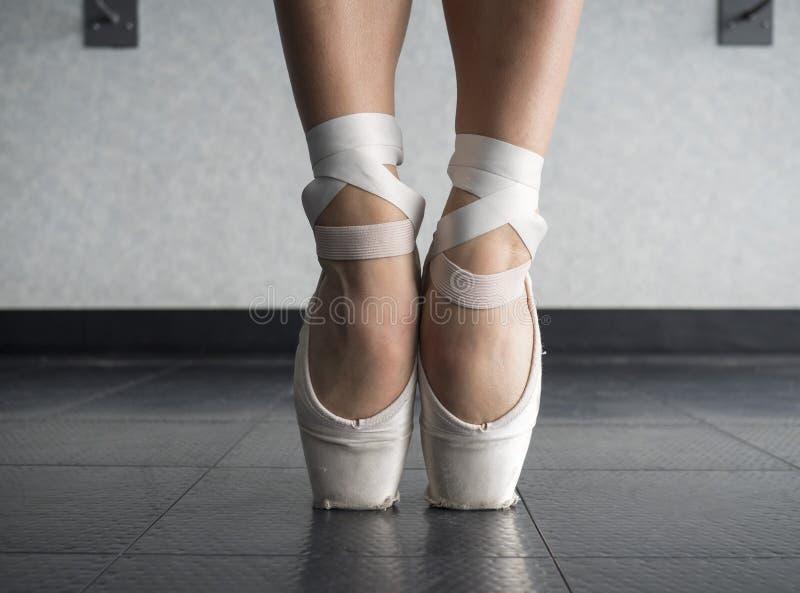 Fermez-vous des pieds nus du ` un s de danseur classique dans des chaussures de pointe photos stock