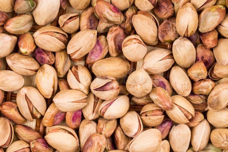 Fermez-vous des pistaches fraîches image stock