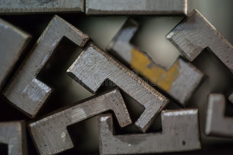Fermez-vous des plaques de métal empilées images libres de droits