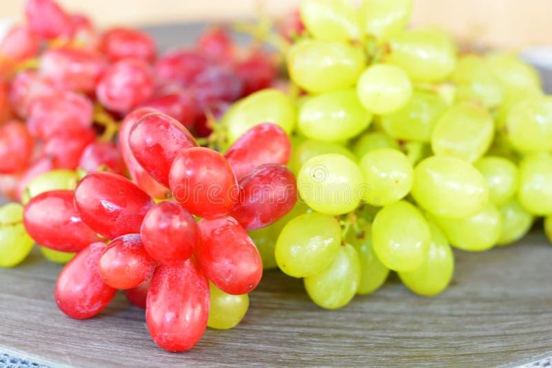 Fermez-vous des raisins verts et rouges images libres de droits