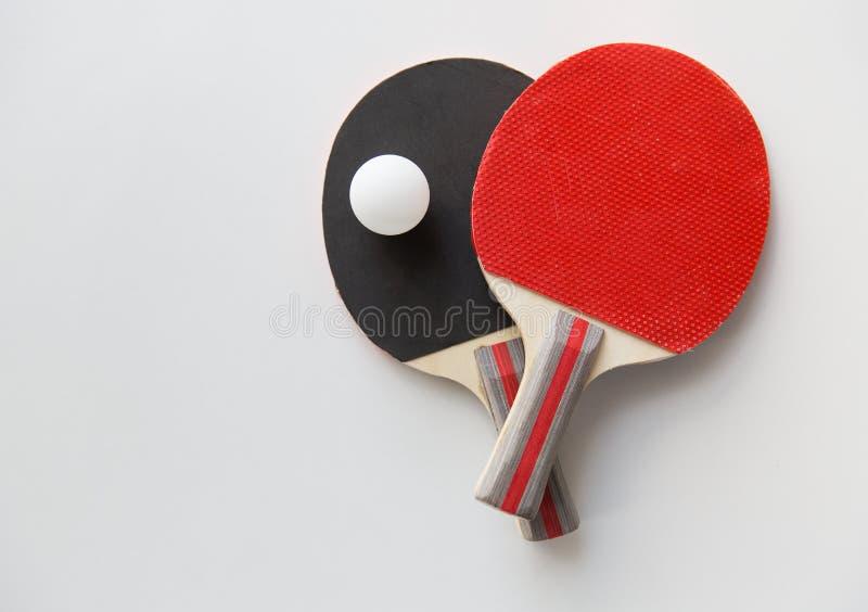 Fermez-vous des raquettes de ping-pong avec la boule photographie stock libre de droits
