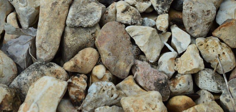 Fermez-vous des roches colorées multi de rivière photographie stock libre de droits