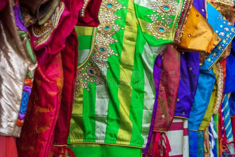 Fermez-vous des sarees indiens brodés colorés traditionnels images stock