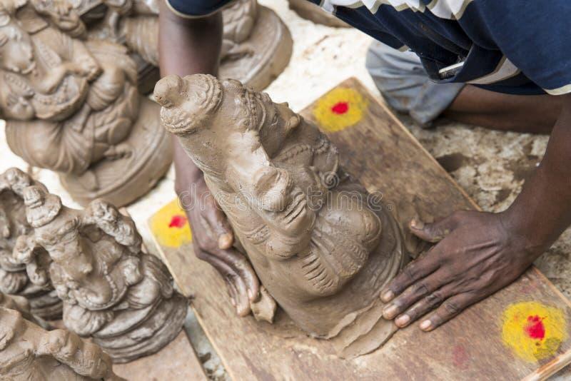 Fermez-vous des statues d'idole de Ganesha ouvrées par main montrées sur le marché pendant le Ganesh Festival photographie stock