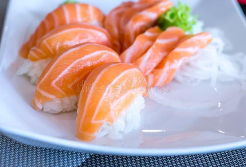 Fermez-vous des sushi de nigiri avec les poissons saumonés sur lui photo stock