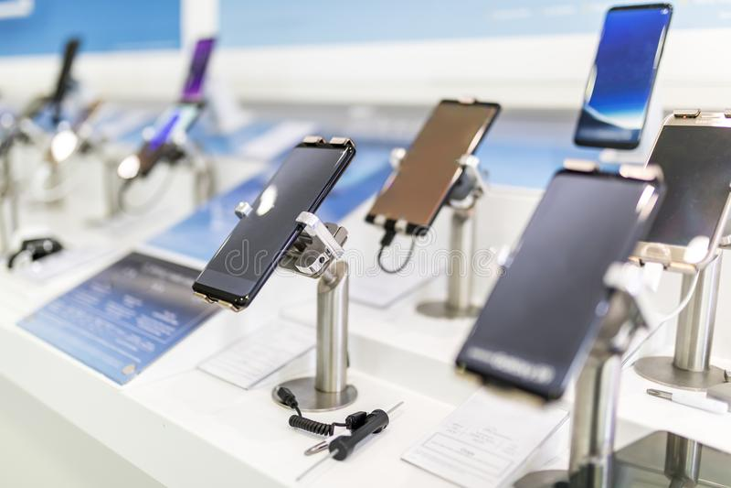 Fermez-vous des téléphones portables ou des téléphones portables sur l'affichage dans un moderne, photo stock