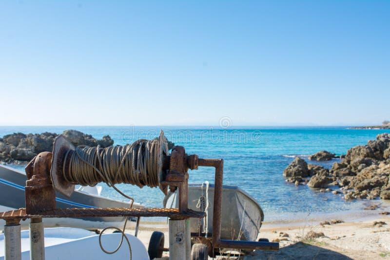 Fermez-vous des vieux bateaux d'une traction de Rusty Wire Roll Used To du S photographie stock
