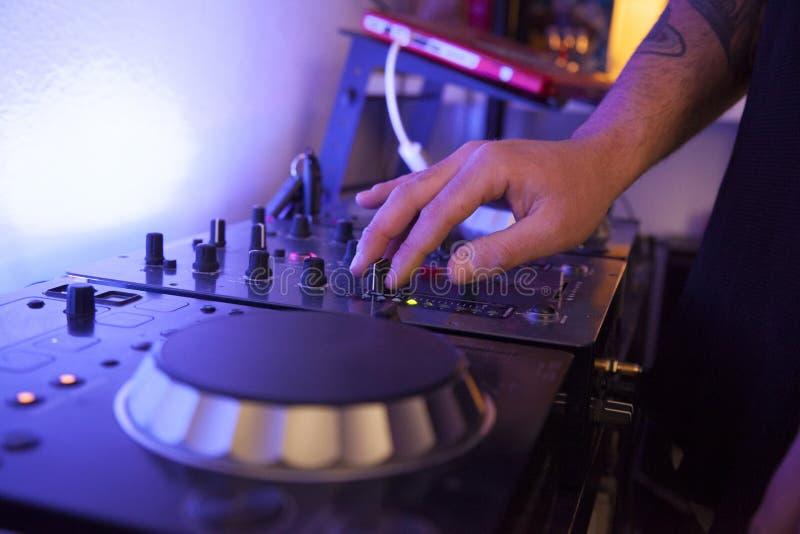 Fermez-vous des voies de mélange d'un technicien de musique sur son studio photographie stock libre de droits