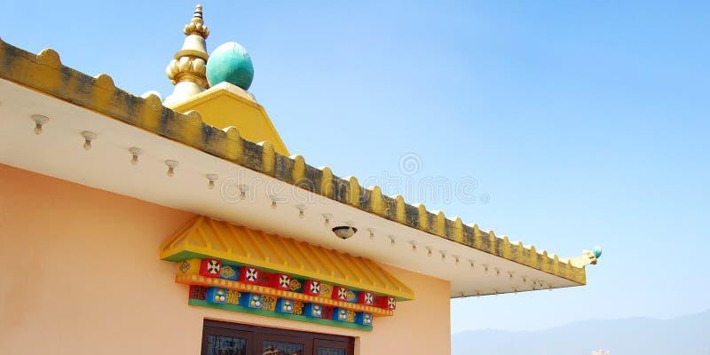 Fermez-vous du bâtiment de monastère bouddhiste rooftop photographie stock libre de droits