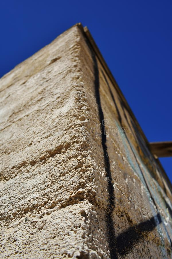 Fermez-vous du bâtiment en pierre ruiné dans le désert photographie stock