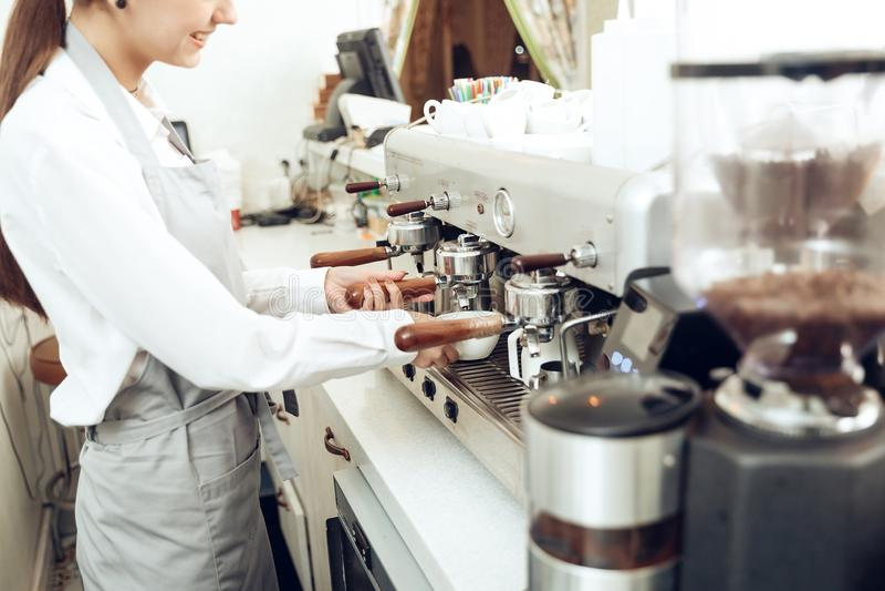 Fermez-vous du barman femelle préparant le café image stock