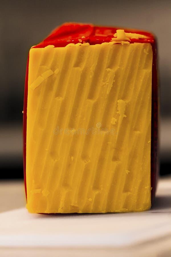 Fermez-vous du bloc de fromage, râpé images stock