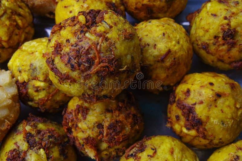 Fermez-vous du bolon du plantain mélangé à la nourriture andine typique traditionnelle d'ecuadorian de porc rôtie par hornado photographie stock