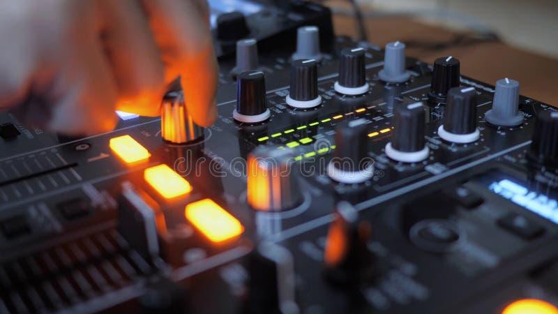 Fermez-vous du bouton tournant de main de l'instrument du DJ photos stock