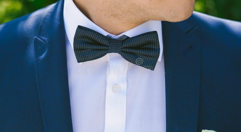 Fermez-vous du bowtie du jeune marié image stock