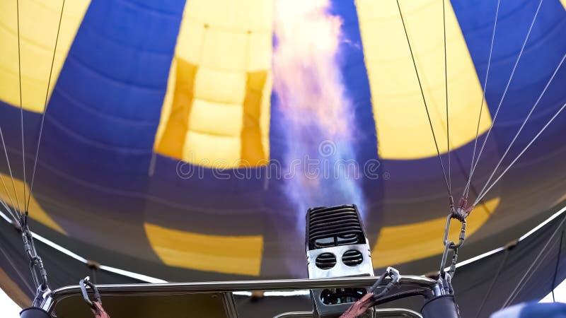 Fermez-vous du brûleur chaud à ballon à air dirigeant la flamme dans l'enveloppe, vol extrême images libres de droits