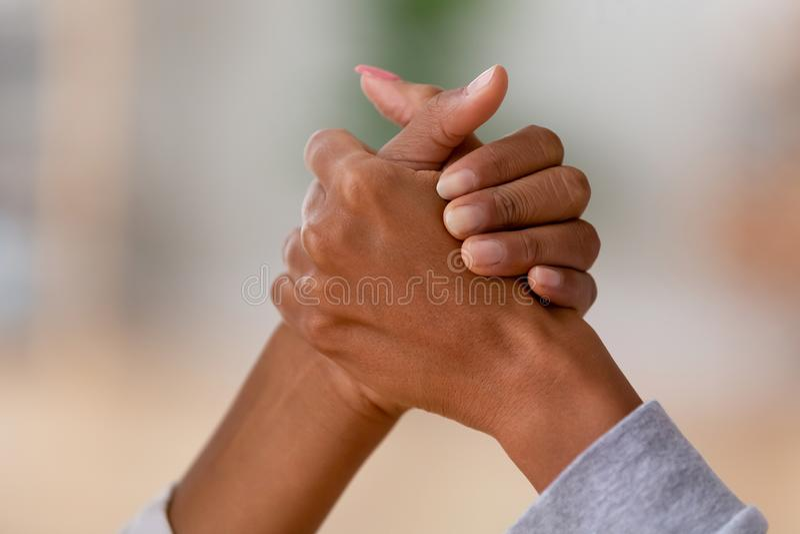 Fermez-vous du bras de fer africain de femelles image libre de droits