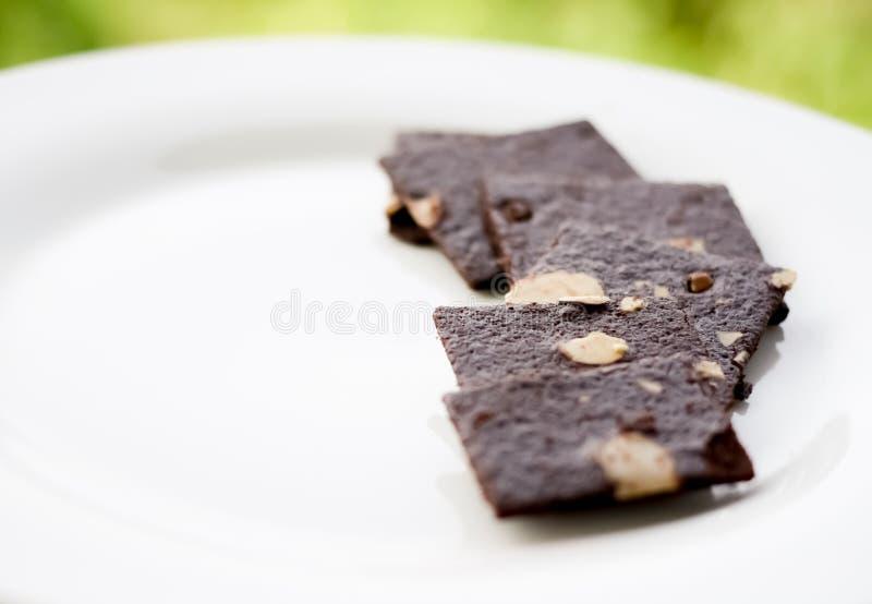 Fermez-vous du 'brownie' sur le plat blanc photo libre de droits