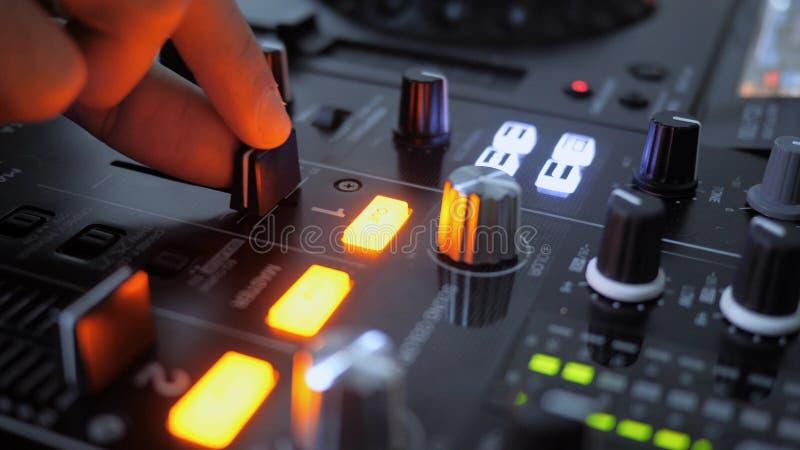 Fermez-vous du bruit croissant de main de l'instrument du DJ, affaiblisseur mobile photo stock