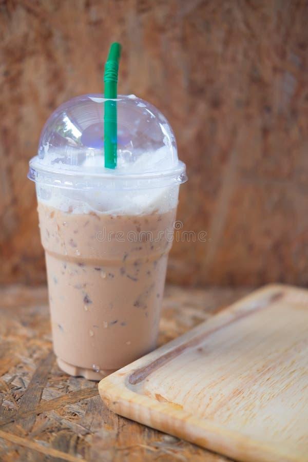 Fermez-vous du café glacé de latte en verre en plastique transparent photographie stock libre de droits
