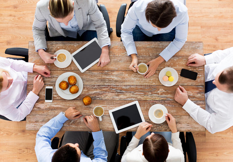 Fermez-vous du café potable d'équipe d'affaires sur le déjeuner photos libres de droits