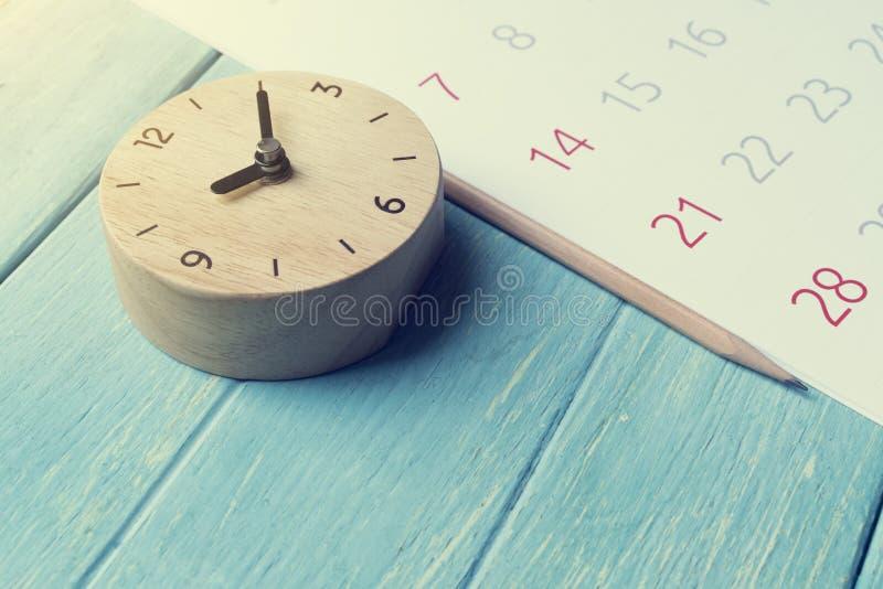 Fermez-vous du calendrier et synchronisez sur la table image stock