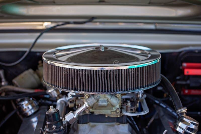 Fermez-vous du carburateur de la voiture classique images stock