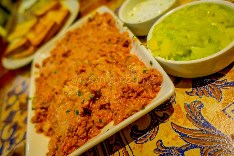Fermez-vous du centre sélectif de la nourriture chilienne typique délicieuse servie dans des plats et des cuvettes d'un blanc au- image stock