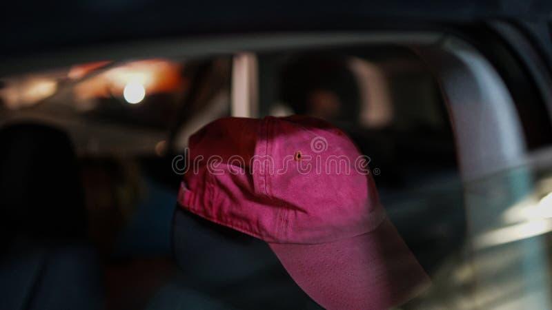 Fermez-vous du chapeau coloré rouge Fond brouillé coloré avec des lumières là-dessus images libres de droits