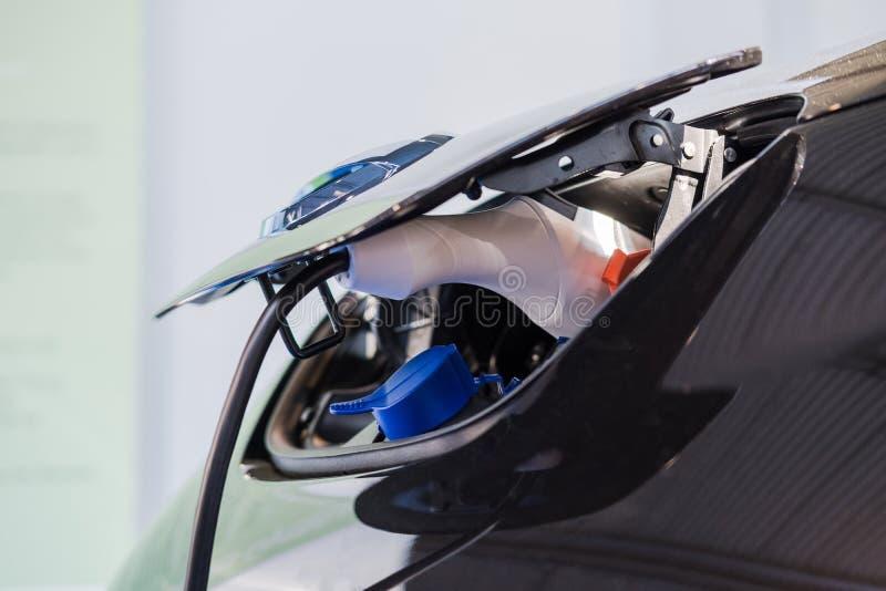 Fermez-vous du chargeur électrique de voiture hybride image stock