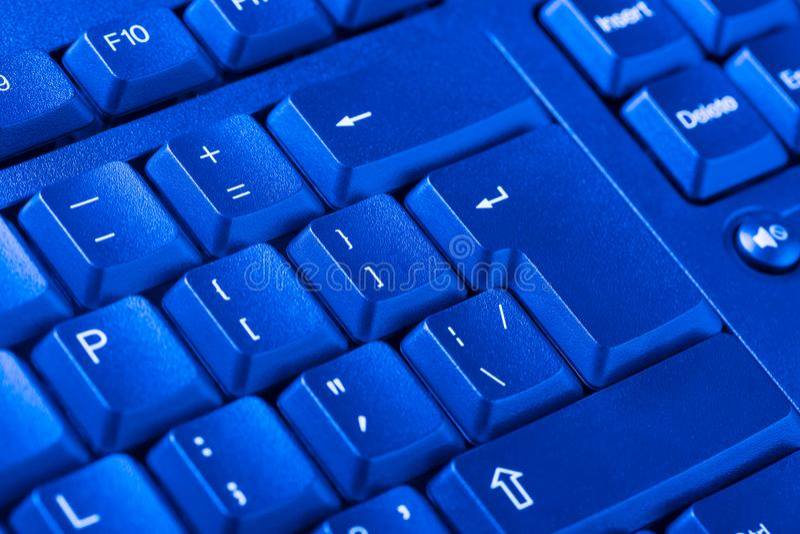 Fermez-vous du clavier d'ordinateur personnel comme fond Image modifiée la tonalité Filtre bleu image stock