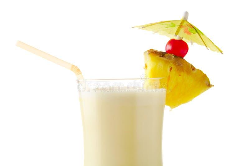 Fermez-vous du cocktail de colada de pina avec la paille d'isolement sur le blanc images libres de droits