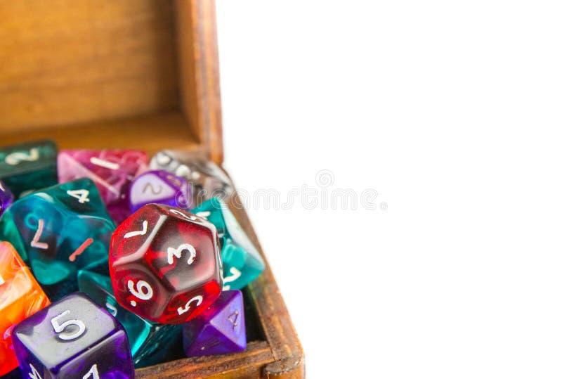 Fermez-vous du coffre en bois complètement des matrices photographie stock