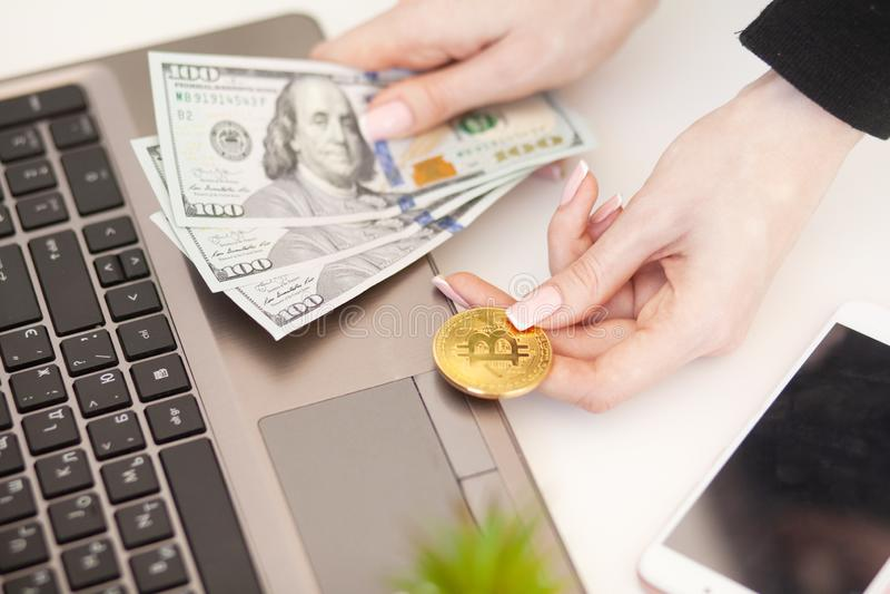 Fermez-vous du comptable comptant les pièces de monnaie et la monnaie fiduciaire de Bitcoin images stock